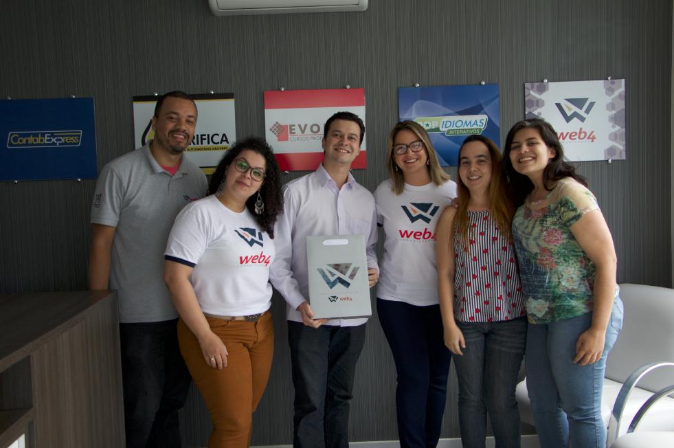 Marcello Barbosa (ao centro) em treinamento na sede do Grupo VA Licenciamentos e Franquias em Taubaté-SP.